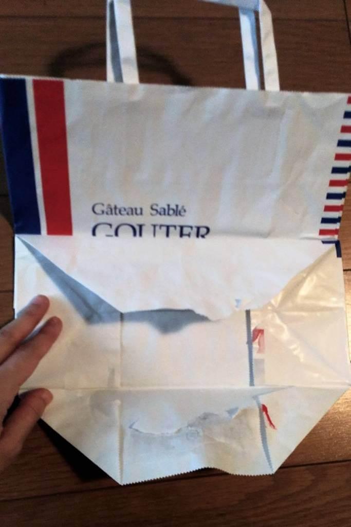 紙袋ショッパーの底を開く2